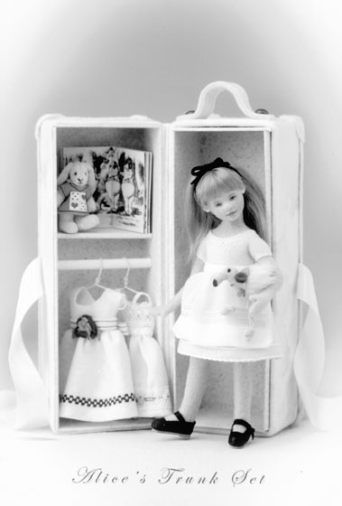 Alice's Trunk Set by Maggie Made Dolls debuted at the convention. Alice stands 7 inches and her trunk 8 inches. She is limited to a 50-piece edition.