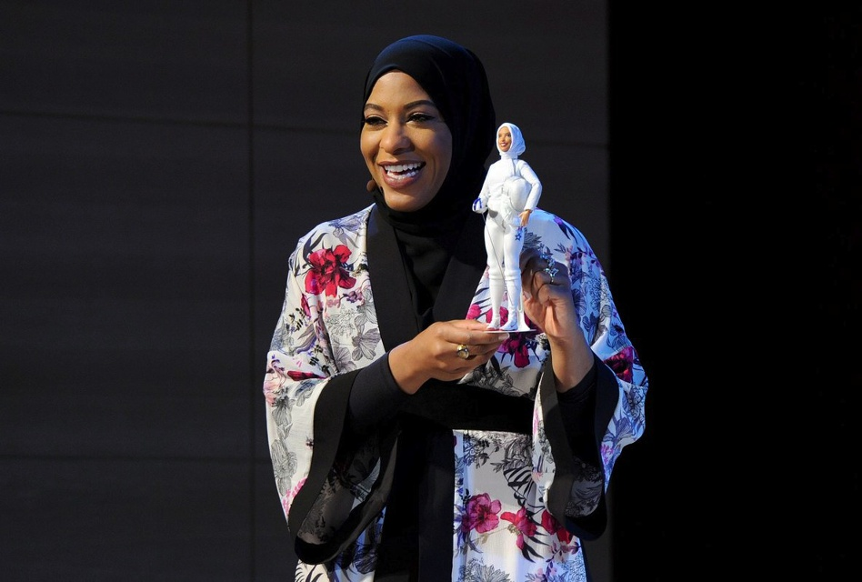 Ibtihaj Muhammad shows the Barbie made in her likeness at an award ceremony, and posted this photo on her Twitter account.