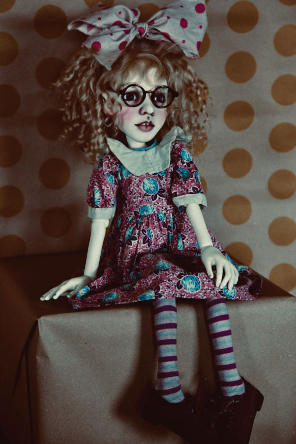 Alice is available in both 35 cm and 55 cm sizes (about 13.75 inches and 21.5 inches).