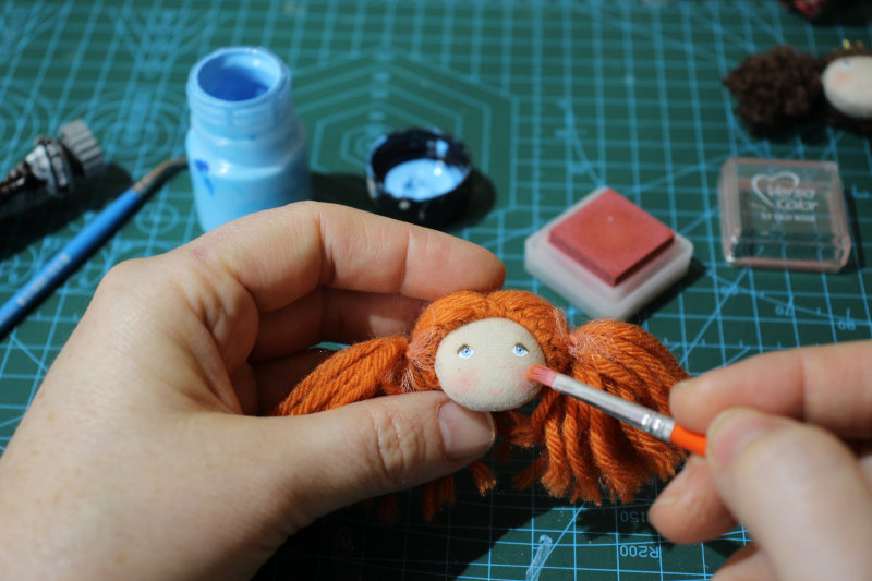 Tereza uses both acrylics and oils to paint her dolls' eyes, and dry pastels for the makeup, all protected by a final coat of varnish.
